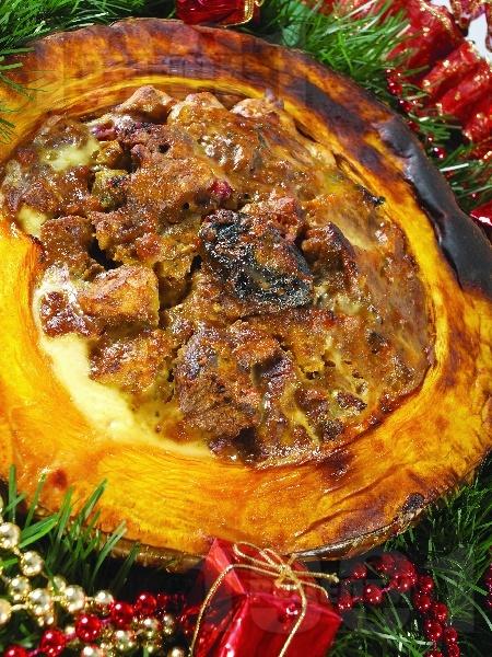 Пълнена коледна тиква със свинско и телешко на фурна - снимка на рецептата